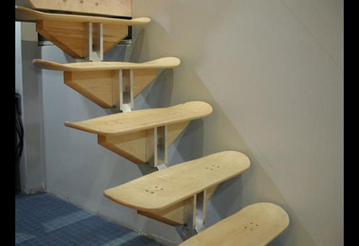Необычная лестница из досок от скейтбордов.