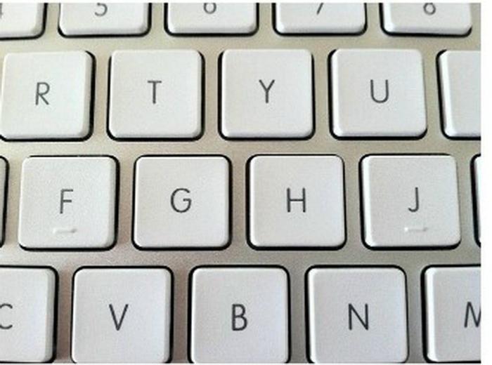 Черточки на клавиатуре.