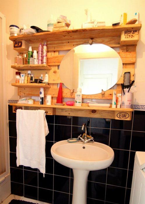 Красивая полка из деревянного поддона в деревенском стиле для ванной комнаты.