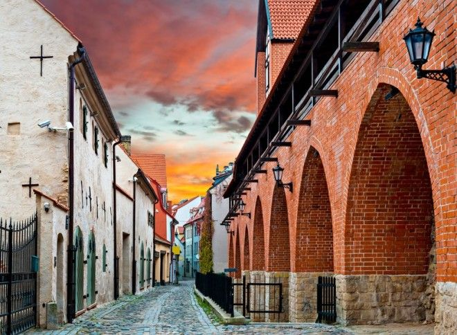 Атмосферная мощеная улица в Праге