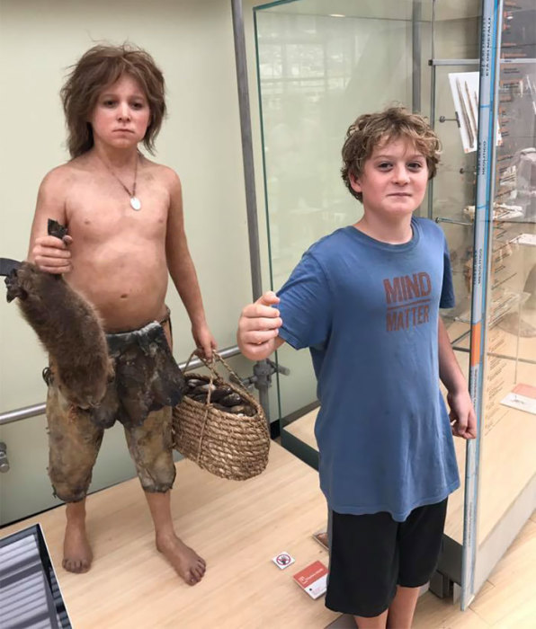 Чем дольше рассматривать восковую фигуру, тем больше обнаруживается сходных черт с мальчиком.
