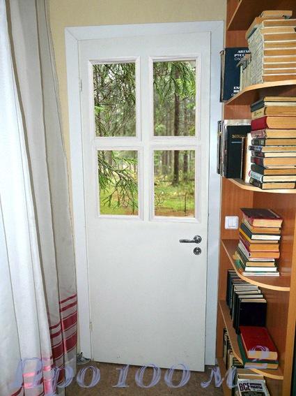 Дверь с окном в лес