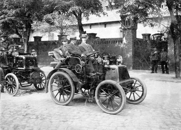 «Даймлеры» в России начали собирать в 1902 году./Фото: pbs.twimg.com