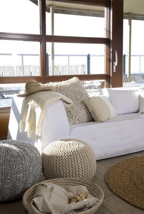 8. Поставьте несколько вязаных пуфиков в гостиной.