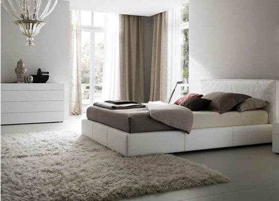 Пушистый ковер в спальне