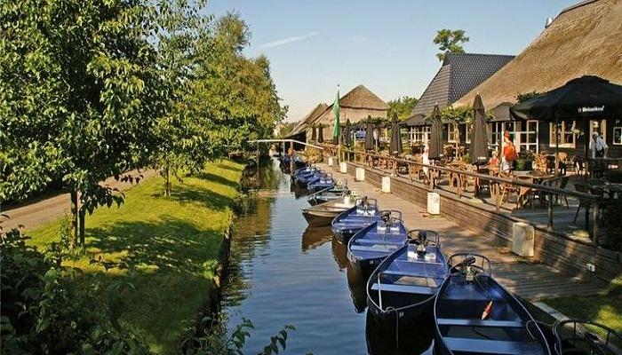 Лодки и маленькие катера - главное средство передвижения жителей деревни Гитхорн.
