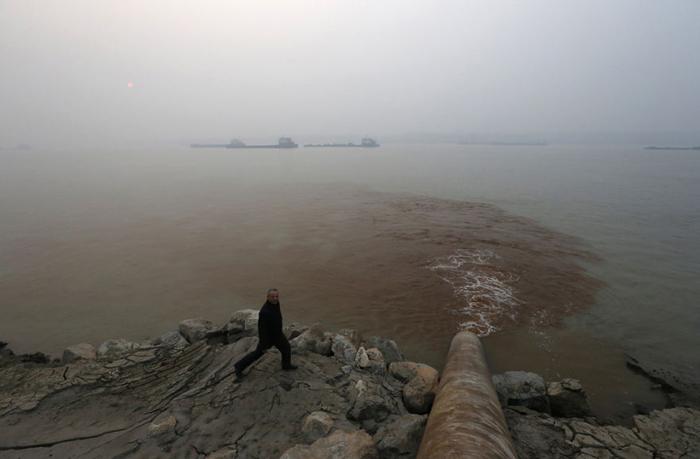 Загрязнение реки.