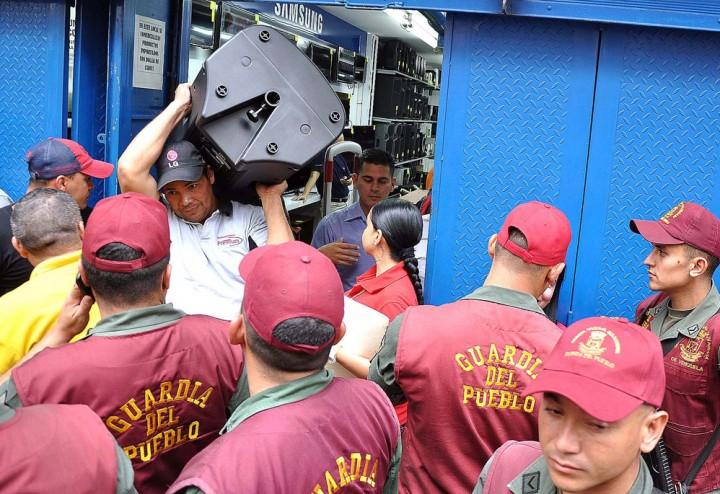 06pelectronica998 Социалистическая «оккупация» в Венесуэле: Армия захватила магазины и раздает товары почти бесплатно