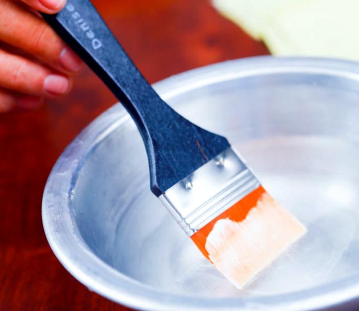 Горячий уксус для очистки малярных кистей.