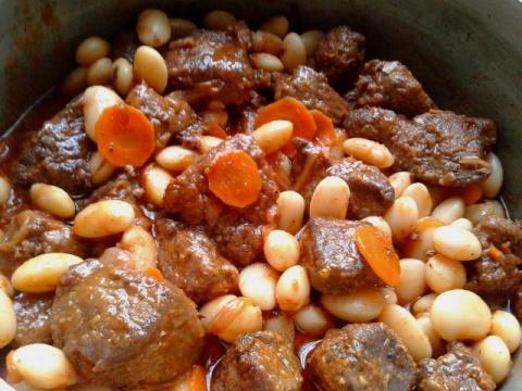Печень тушёная с фасолью в томатном соусе.