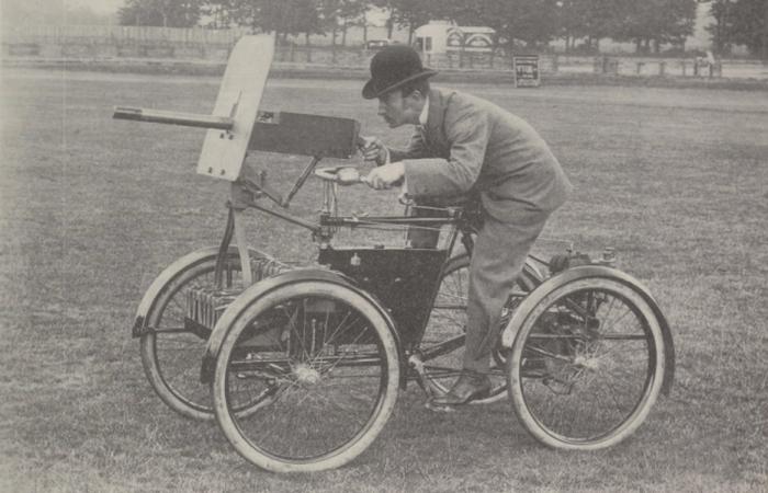 Четырехколесный велосипед с мотором и пулеметом.