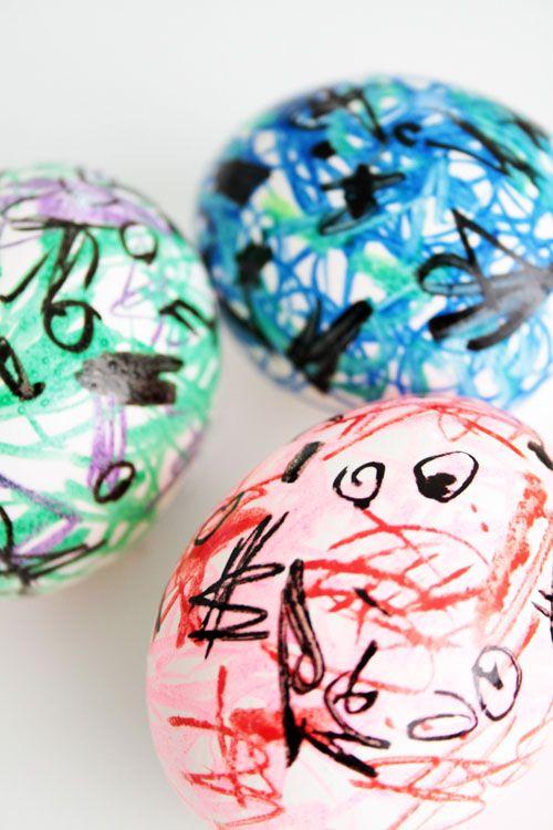 пасхальные яйца, раскрашенные фломастерами и маркерами