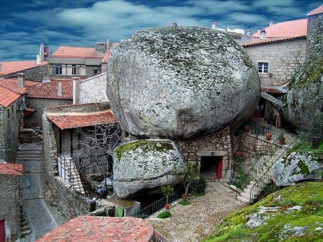 Город Монсанту в Португалии