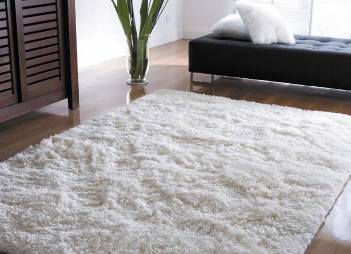 Синтетические ковры Помните запах в большом мебельном магазине? Чаще всего здесь на полах раскладывают недорогие синтетические ковровые покрытия. Они еще на заводе пропитываются токсическими жидкостями, чтобы отпугивать насекомых. Держать такой дома — просто глупо.