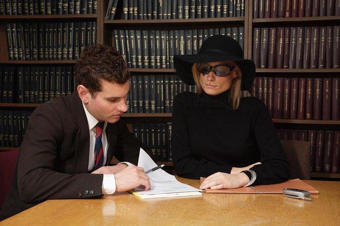 Наследники читают текст завещания
