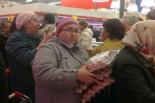 Жители Новосибирска Устроили Давку Из-За Дешевых Яиц(Видео) яйца, давка