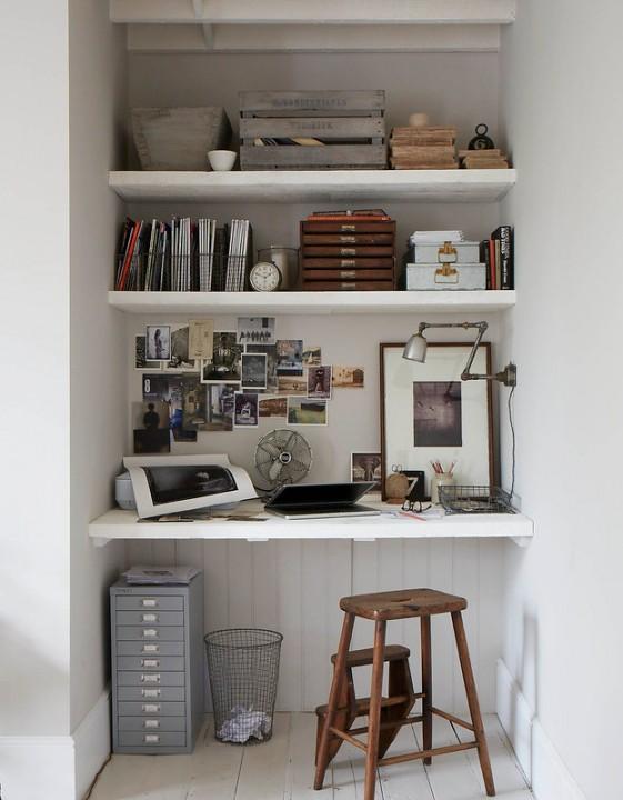 Рабочее пространство можно организовать в небольшой нише, используйте это место по максимуму - установите несколько настенных полок