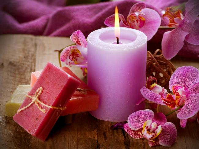 Свечу с ароматом орхидеи или лаванды можно окрасить в фиолетовый цвет