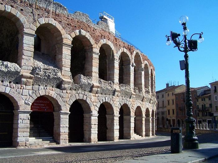 Стены амфитеатра было решено делать из розового и белого известняка.