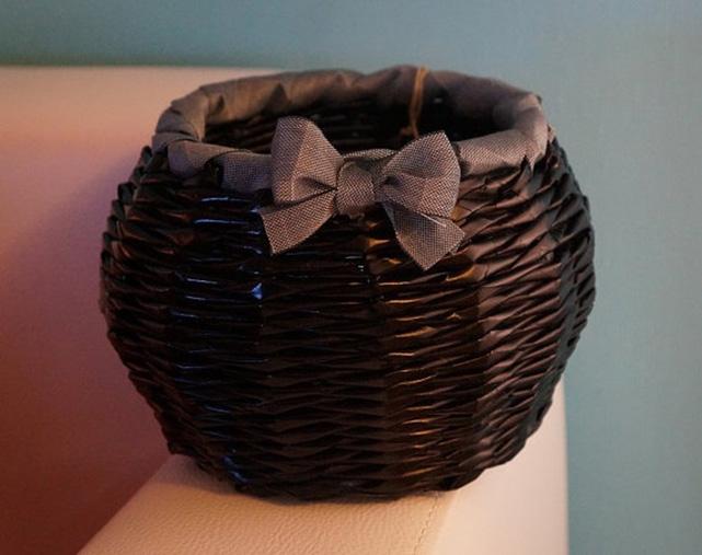 плетение корзин из газетных трубочек: небольшая корзинка с декоративным бантиком