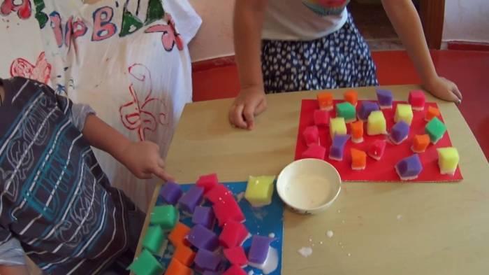 Вы не поверите, сколько детского восторга можно получить, просто используя ненужные губки. /Фото: i.ytimg.com