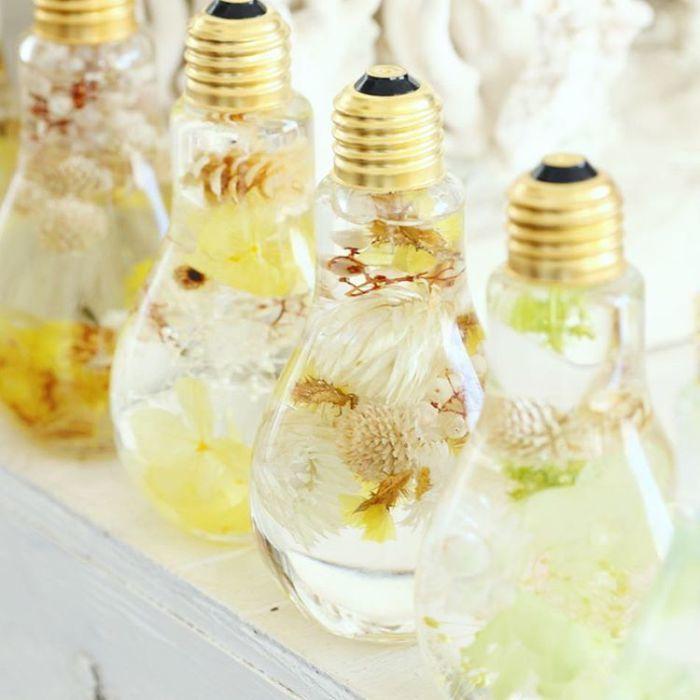 Нежно-желтые и белые тона букетов в лампах