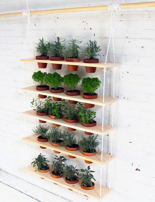 Выращивать комнатные растения и цветы очень удобно на небольшом вертикальном подвесном стеллаже.