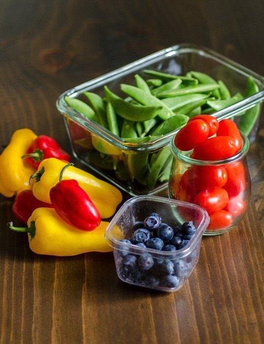 Овощи и фрукты в холодильнике удобно хранить в пластиковых контейнерах
