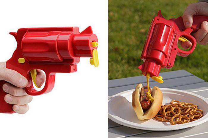Смешной кухонный гаджет: пистолет для приправ.