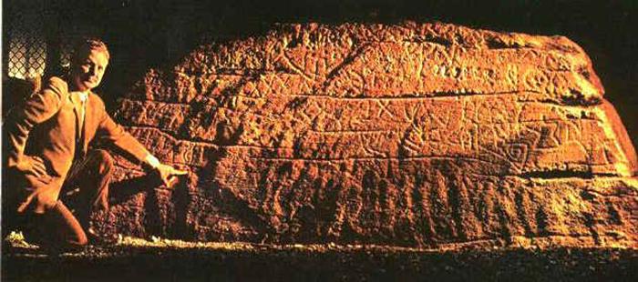 Каменная плита с надписями Мигеля Корте-Реаль.