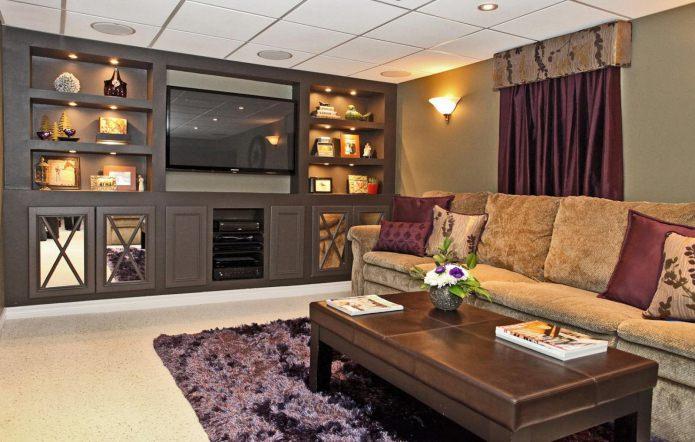 Коричневый и фиолетовый цвет в интерьере гостиной
