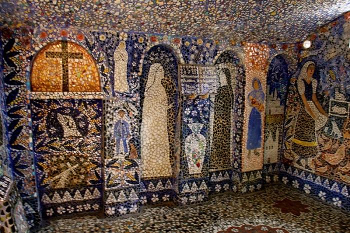 Все стены внутри дома украшены мозаикой.
