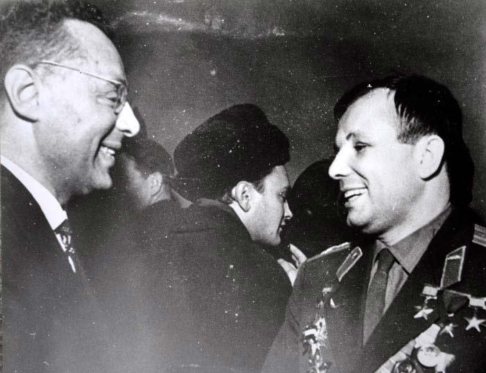 Два легендарных Юрия – Левитан и Гагарин./Фото: stuki-druki.com