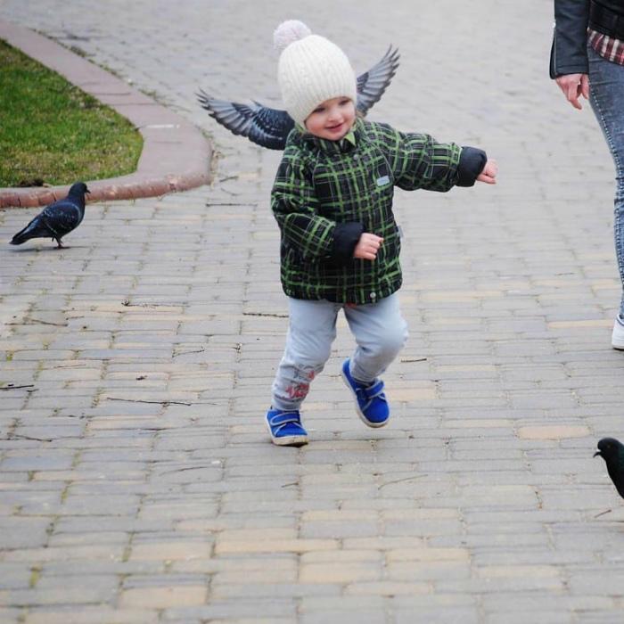 Ребенок с крыльями за спиной.