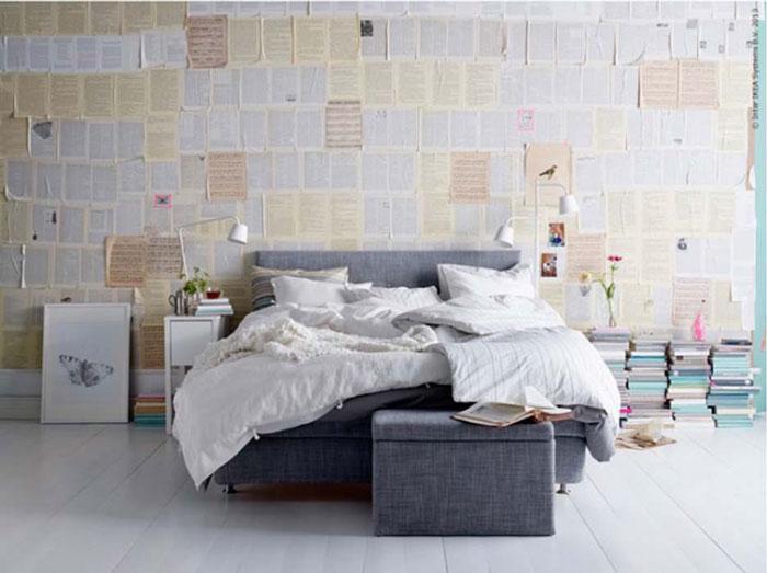 Стены, оклеенные книжными страницами.