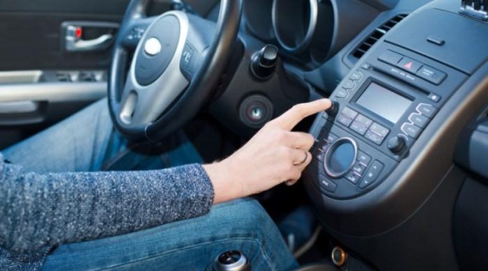 При пробной поездке на машине радио лучше выключить. | Фото: doncorpwriters.com.
