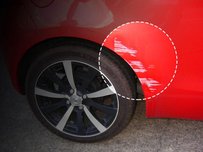 Счесанная краска на колесных арках автомобиля. | Фото: pokraskainfo.com.