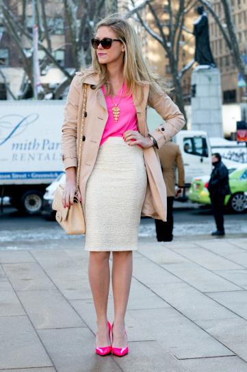 Девушка в белой юбке, розовом топе и туфлях
