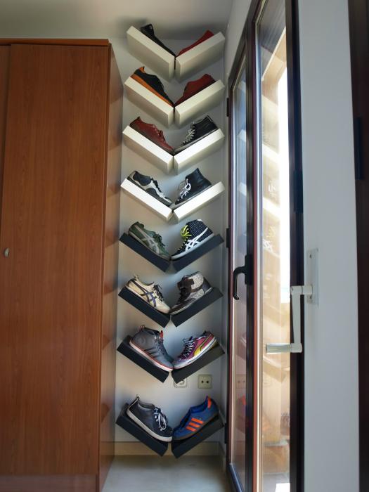 Полки, прибитые к стене V-образным способом, отличное место для хранения обуви.