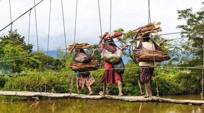 Почти всю тяжелую работу в племени выполняют женщины.   Фото: cdn.fishki.net.