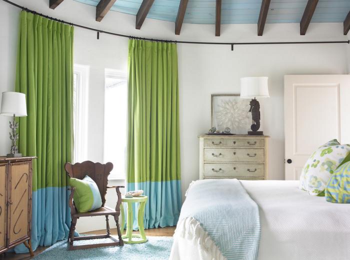 Жалюзи или шторы не только функциональны, но и служат неотъемлемым элементом декора в комнате.