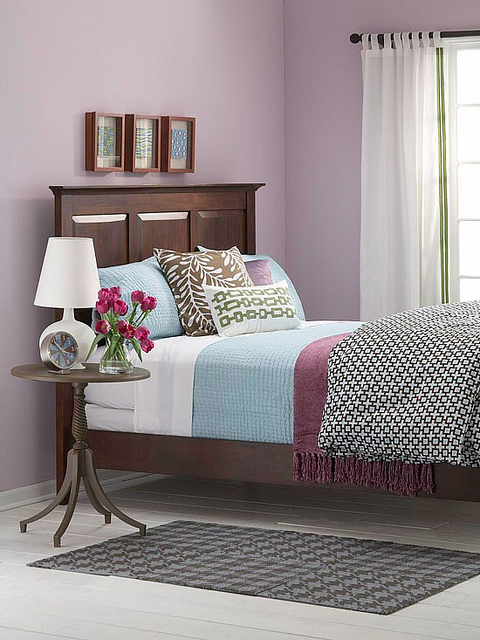 Как стильно и красиво разложить декоративные подушки на кровати
