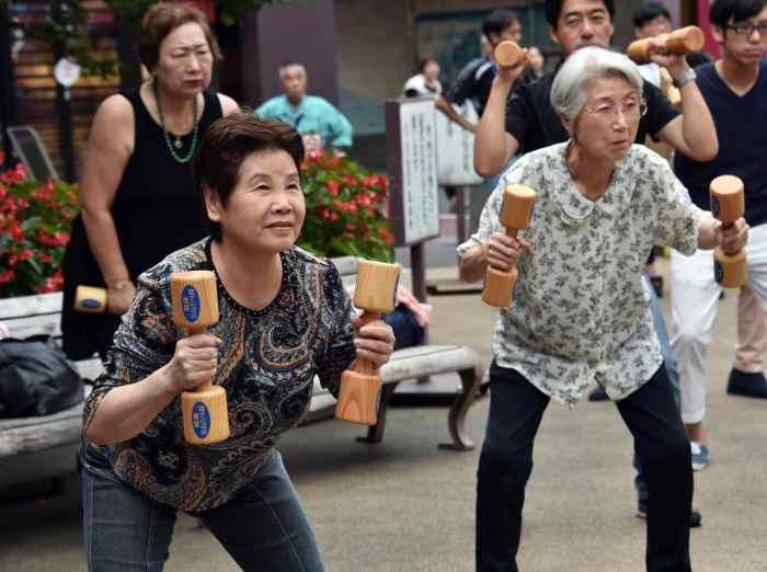 Аэробика на улице - обычное дело для японцев / Фото: hitechglitz.com