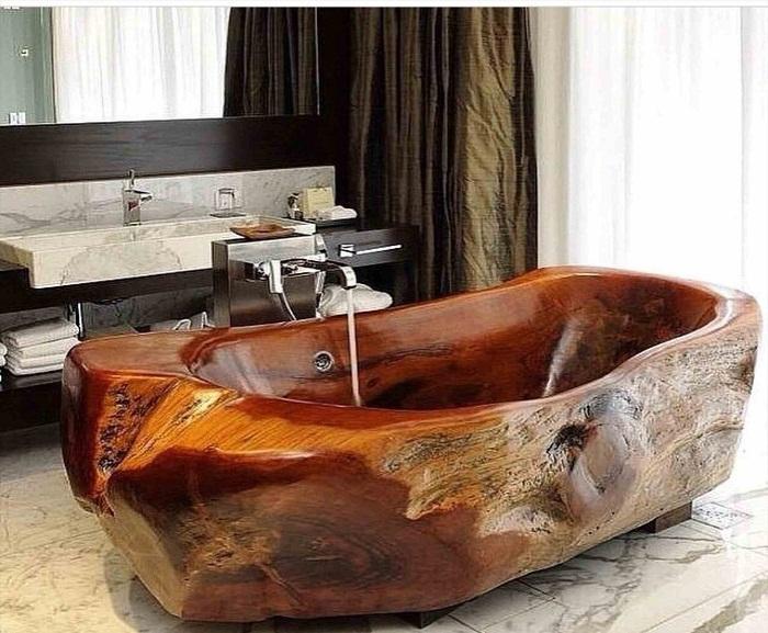 Ванна из цельного куска дерева.