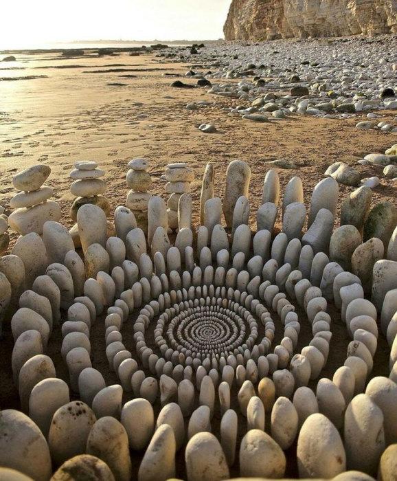 Фантастическая спираль, выложенная на берегу из отшлифованных океаном белых камней.