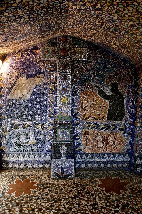 Сюжеты мозаичных полотен пришли автору во сне.