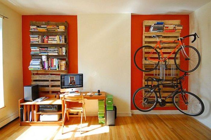 Стильные книжные полки и удобное место для велосипеда.