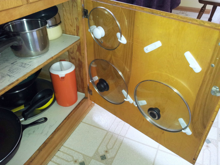 Фиксация крышек на дверце шкафчика.