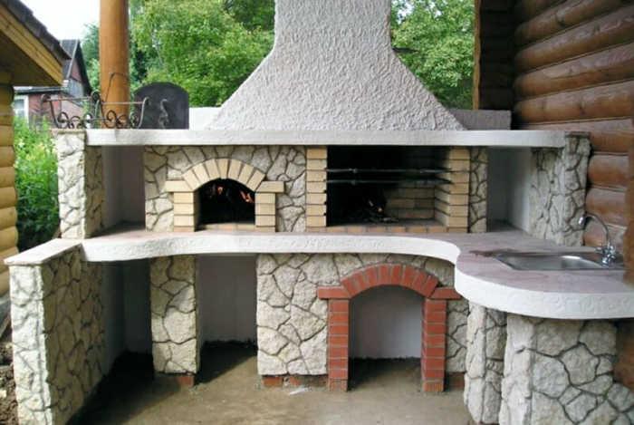 Рядом с грилем можно построить настоящую кухню на свежем воздухе. | Фото: dachnyedela.ru.