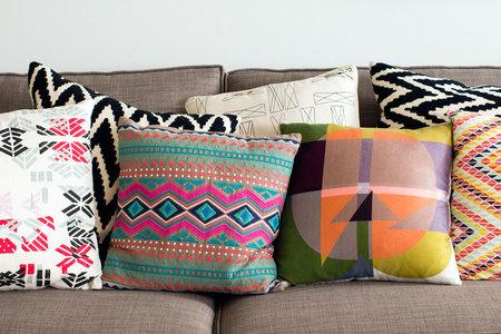 Время расслабиться в мягком кресле: парад уютных подушек фото 20